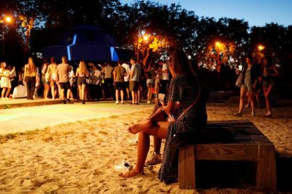 Lors d'une fête en plein air à Saint-Denis, au nord de Paris, le 1er août.