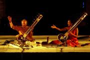 Ravi Shankar et sa fille Anoushka Shankar, lors du festival Les Suds, à Arles (Bouches-du-Rhône), le 10 juillet 2005.