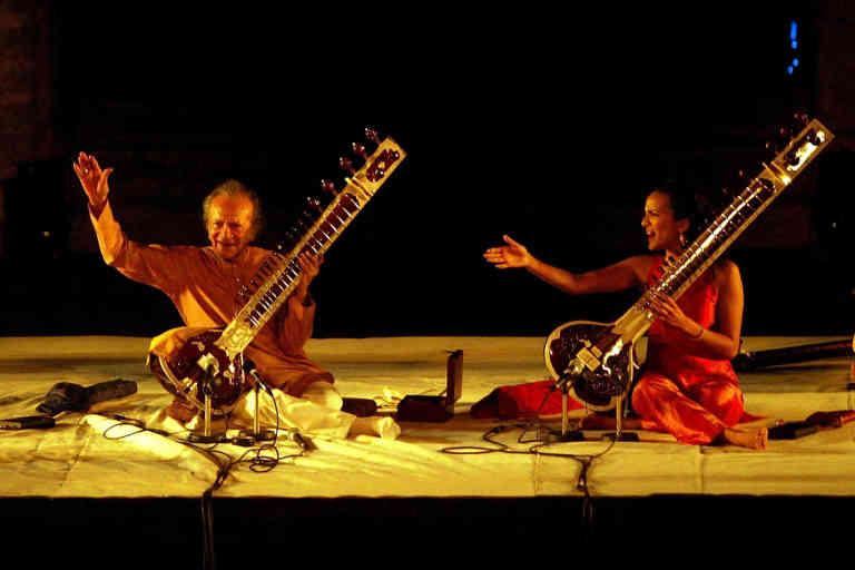 Concert des musiciens indiens Ravi et Anoushka SHANKAR au thȂtre antique d'Arles, dans le cadre du 10e festival des musiques du Monde
