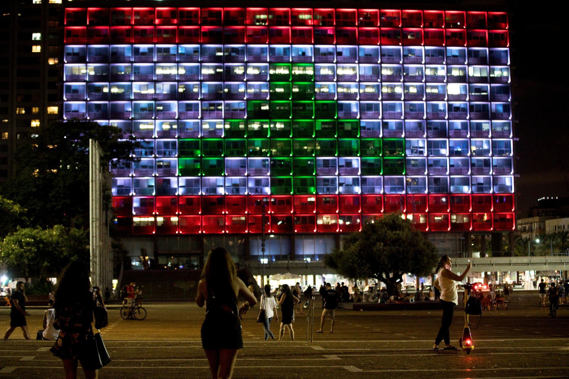 Tel-Aviv, ville voisine israélienne, pays qui est pourtant officiellement en guerre contre le Liban, a illuminé la façade de la mairie aux couleurs du drapeau libanais.