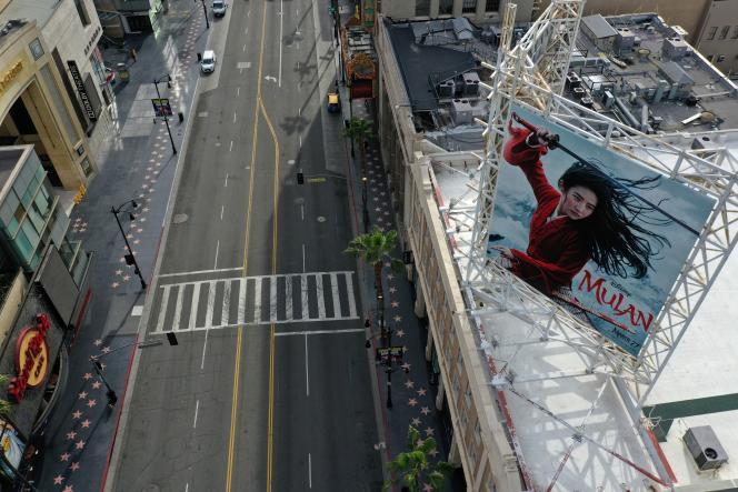 Los Angeles, le 31 mars. L'affiche du film « Mulan», qui devait sortir en mars.