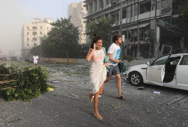 Des gens courent après la double explosion, le 4 août à Beyrouth.