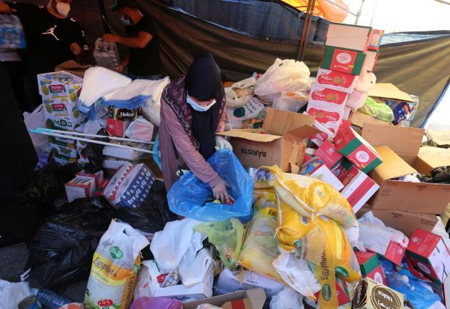 Des volontaires rassemblent des fournitures d'aide à distribuer aux personnes touchées par l'explosion.