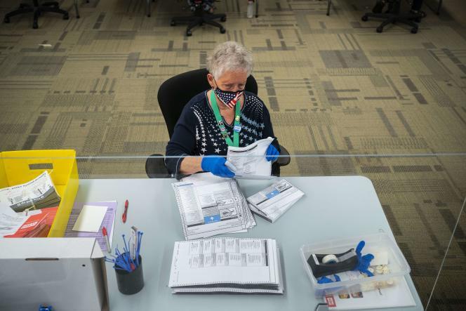 Ouverture des bulletins de vote de la primaire, dans le comté de King, à Renton (Washington), le 4 août.