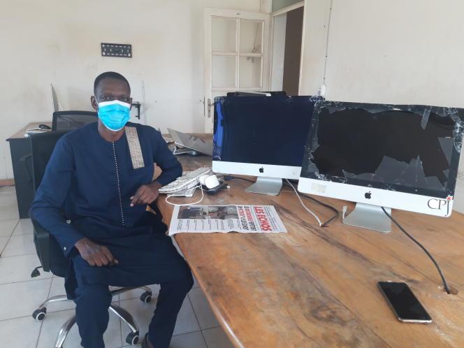 Mbaye Thiandoum, le rédacteur en chef des« Echos», dans les locaux saccagés du journal, à Dakar, le 4août 2020.