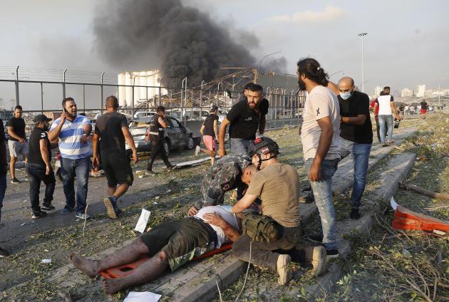 Des secours aident un blessé à Beyrouth, le 4 août.