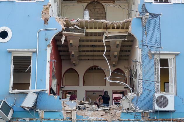 Les Libanais prennent connaissance des dégats causés à leurs logements.