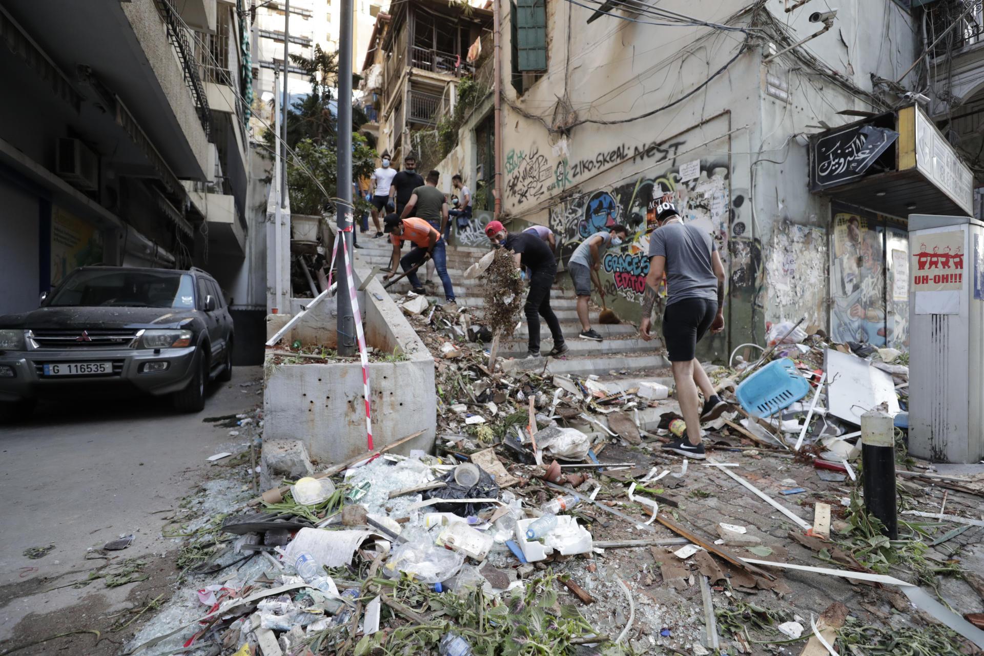 Dans la rue, les civils commencent à nettoyer les décombres.