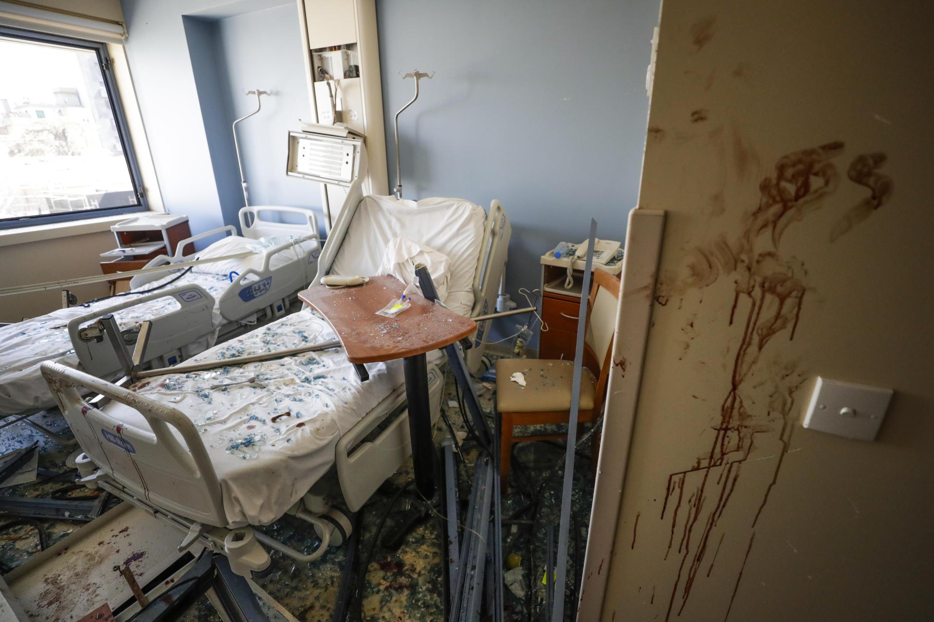De nombreux hôpitaux ont été endommagés, et ceux qui sont encore en état de fonctionner sont submergés par les victimes nécessitant des soins.