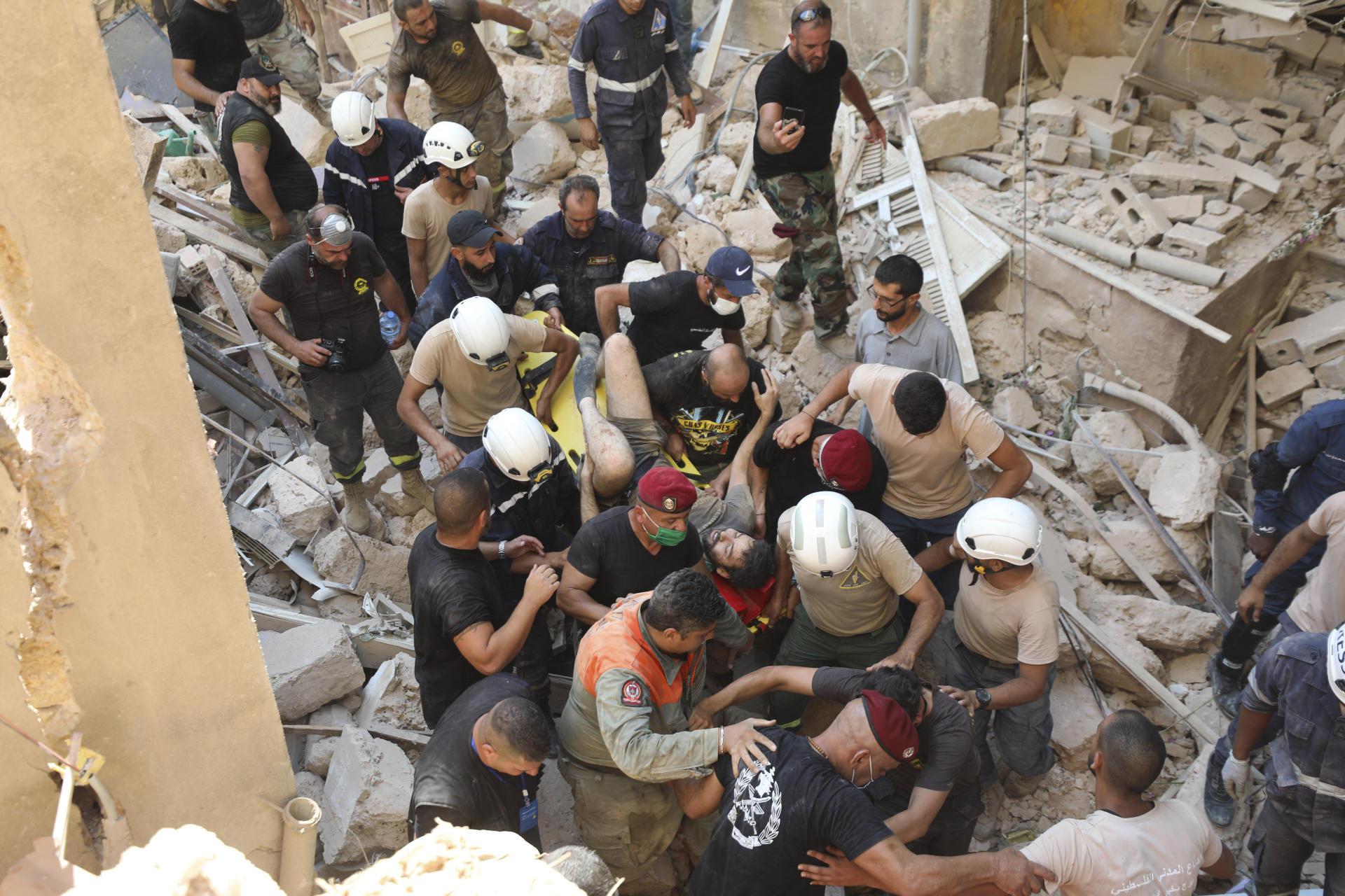 Alors que les sauveteurs cherchent encore des disparus, un survivant est sorti des décombres au lendemain de l'explosion du 4 août, à Beyrouth.