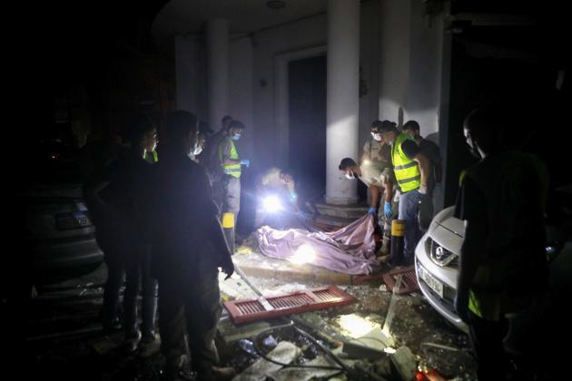 Des secours recouvrent un corps après la double explosion, le 4 août à Beyrouth.