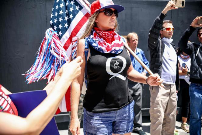 Des théoriciens du complot QAnon protestent lors d'un rassemblement contre le confinement et pour rouvrir la Californie, à San Diego, le 1er mai.