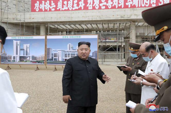 Photo officielle (non datée) de Kim Jong-un visitant le chantier de construction de l'Hôpital général de Pyongyang, en Corée du Nord.