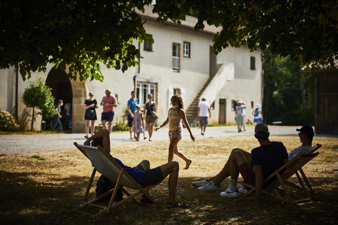 A la Maison Maria Casarès se succèdent visites contées et spectacles dans les différents recoins du parc, à l'air libre, à Alloue (Charente), en août.