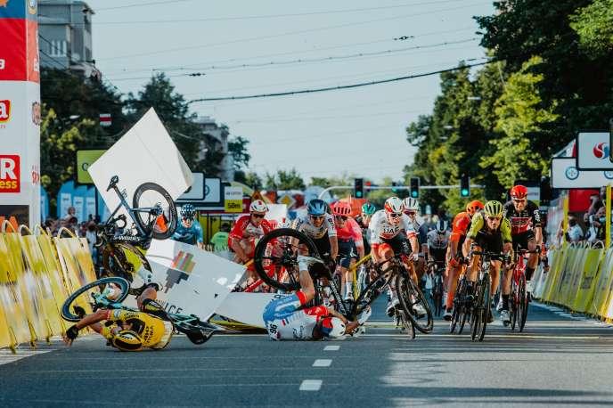 Le sprint massif sur la ligne d'arrivée de la première étape du Tour de Pologne, mercredi 5 août.Le vélo bleu de Fabio Jakobsen vient de percuter les barrières à gauche de la route.