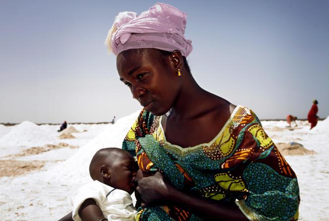 Une ramasseuse de sel donne le sein à son bébé à Ngaye-Ngaye, dans le nord du Sénégal, en 2007.