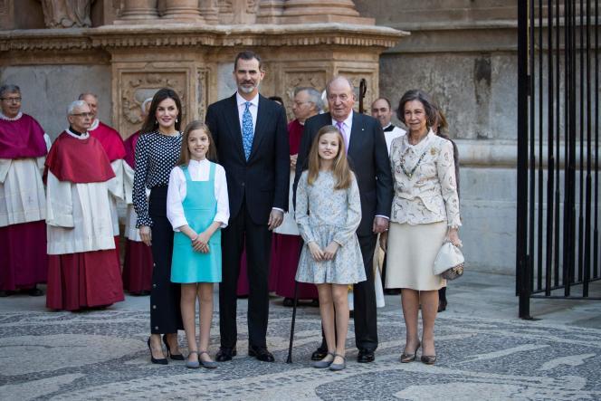 La famille royale d'Espagnepose avant d'assister à la traditionnelle messe de Pâques, à Palma de Majorque, le 1er avril 2018.