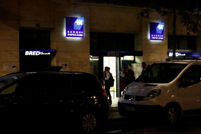 Des policiers se tiennent devant la banque dans laquelle a eu lieu une prise d'otages, au Havre, jeudi 6 août.