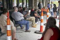 Des chômeurs attendent leur tour à l'agence pour l'emploi d'Omaha, Nebraska, le 15 juillet.