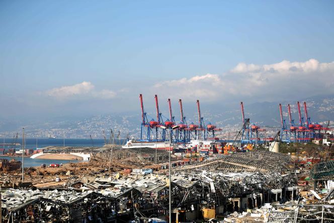 Le port de Beyrouth détruit après la double explosion qui serait due au stockage de 2 750 tonnes de nitrate d'ammonium dans un entrepôt,le 5 août.