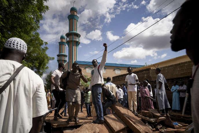 Des manifestants antigouvernementaux dressent une barricade devant la mosquée de Badalabougou, à Bamako, le 12juillet 2020.