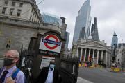 Des employés de la City sortent du métro, devant la Banque d'Angleterre, jeudi 6 août.