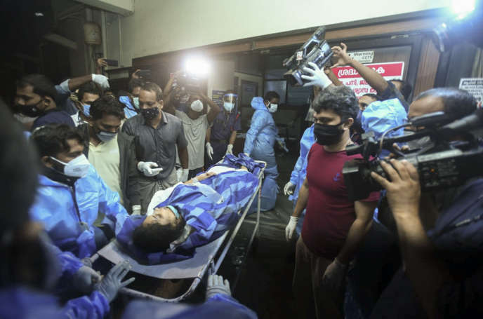 Une des passagères blessées lors de l'atterrissage d'un avion dans l'Etat du Kerala, en Inde, le 7 août 2020.