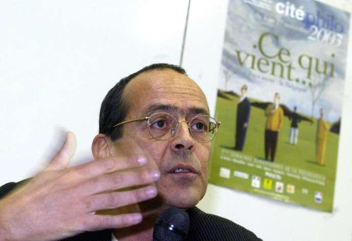 Bernard Stiegler discute le 20 novembre 2003 avec des prisonniers à la prison de Douai où il est venu évoquer devant une trentaine de détenus «le passage à l'acte» du braquage de banque à la reconversion philosophique.