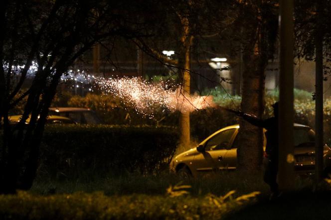Tir d'explosifs de pyrotechnie visant les forces de police dans la cité HLM des Jardins de la Noué, à Villeneuve-la-Garenne (Hauts-de-Seine), le 20 avril.