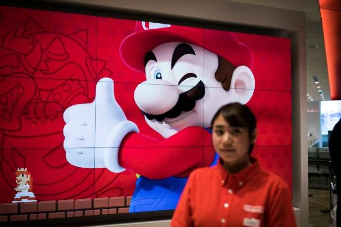 Un employé de Nintendo dans une nouvelle boutique de la marque à Tokyo (Japon), le 19 novembre 2019.
