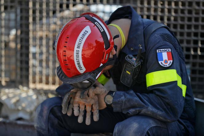 Un secouriste français pendant les recherches dans le port dévasté de Beyrouth, le 7août 2020.