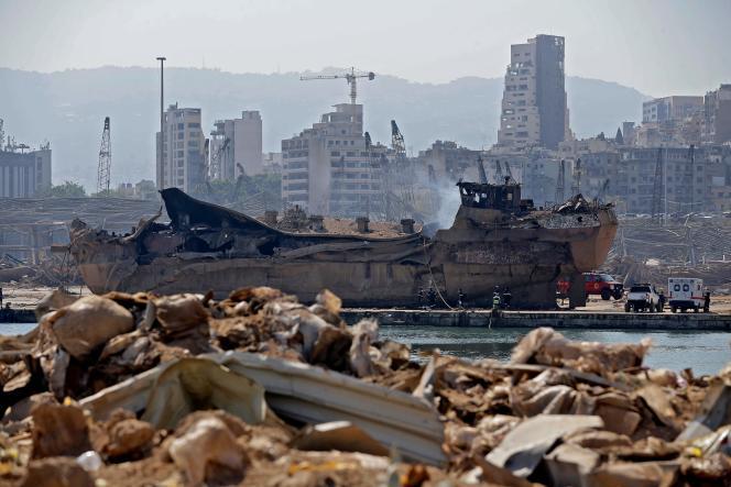 Un bateau qui a explosé, avant d'être jeté à terre dans le port de Beyrouth, le 7 août 2020.