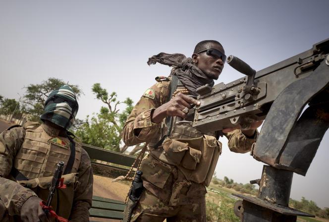 Des militaires maliens patrouillent sur la route entre Mopti et Djenné, le 28février 2020.