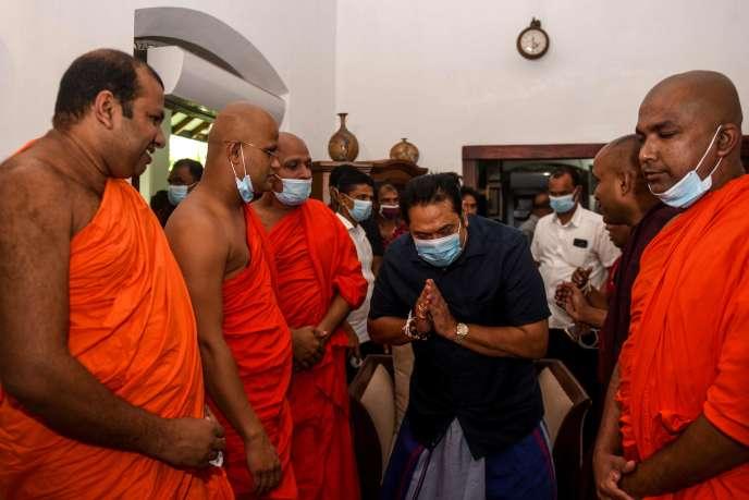 Le premier ministre du Sri Lanka, Mahinda Rajapaksa, salue des moines bouddhistes dans la ville de Tangalle le 7 août.