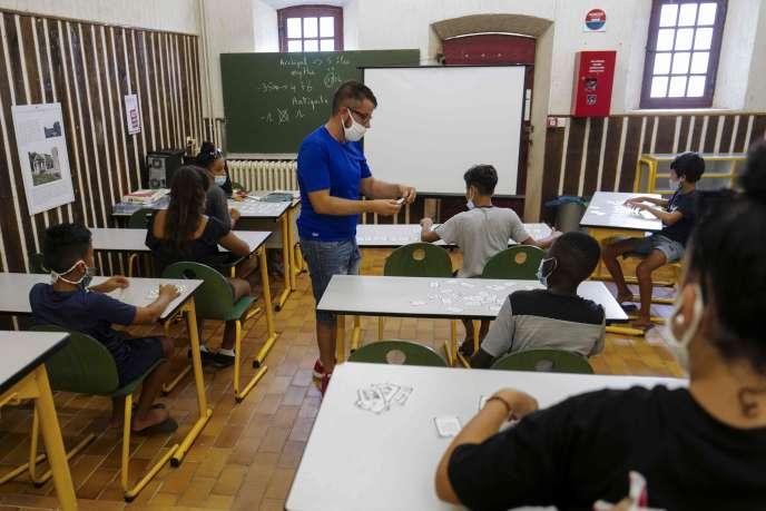 Un enseignant masqué donne une leçon lors d'un camp d'été pour les enfants défavorisés du quartier «La Bocca», à Cannes, le 28 juillet.