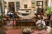Le collectionneur italien Francesco Invernizzi et son fils, séparés par un crâne de mosasaure, à Motta Visconti (Lombardie), en 2018.