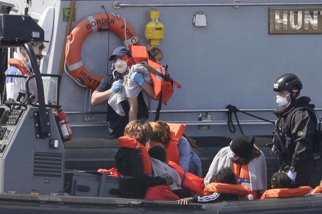 Un navire de la police aux frontières britannique escorte un groupe de personnes migrantes dans la ville portuaire de Douvres, en Angleterre, le 8 août.