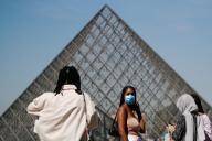 Devant la pyramide du Louvre, le 6 août à Paris.