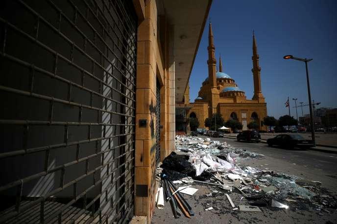 Des débris sont aperçus dans la rue près de la mosquée Mohammad Al-Amin après l'explosion de mardi dans la zone portuaire de Beyrouth, au Liban, le 8 août 2020.