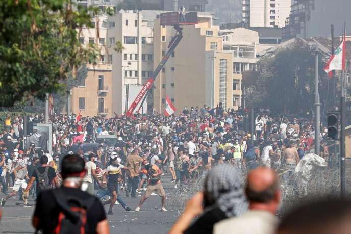 Des milliers de personnes se sont rassemblées le 8 août dans le centre de Beyrouth pour demander des comptes aux autorités après l'explosion meurtrière au port, qui a dévasté des quartiers entiers de la capitale libanaise et fait plus de 150 morts.