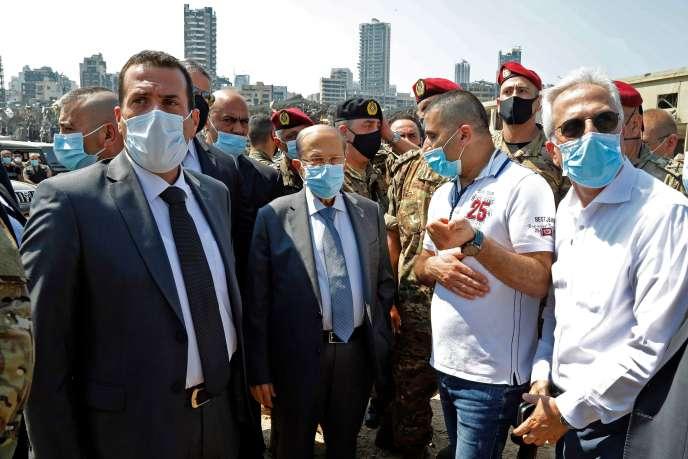 Le président libanais Michel Aoun se rend sur le site d'une explosion massive la veille au cœur de Beyrouth, le 5 août.