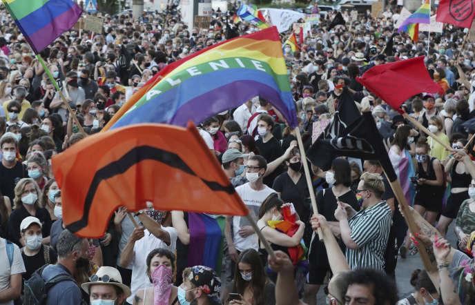 Une foule de défenseurs des droits des LGBT s'est rassemblée à Varsovie samedi pour protester contre l'arrestation d'une militante transgenre qui avait commis des actes de désobéissance civile contre l'homophobie croissante en Pologne.