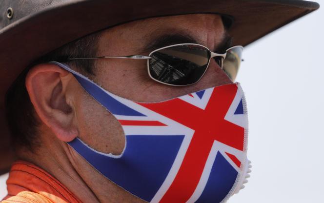 Un homme portant un masque aux couleurs de l'Union Flag à Silverstone, Angleterre, le 8 août.