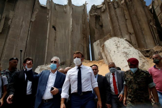 Le président Emmanuel Macron, sur le site de l'explosion, le 6 août à Beyrouth.