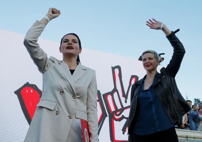 Maria Kolesnikova (à droite), soutien de la candidate de l'opposition Svetlana Tsikhanovskaïa (à gauche), le 23 juillet à Borissov (Biélorussie).