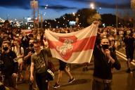 Des supporteurs de l'opposition biélorusse manifestent après la fermeture des votes, le 9 août à Minsk.