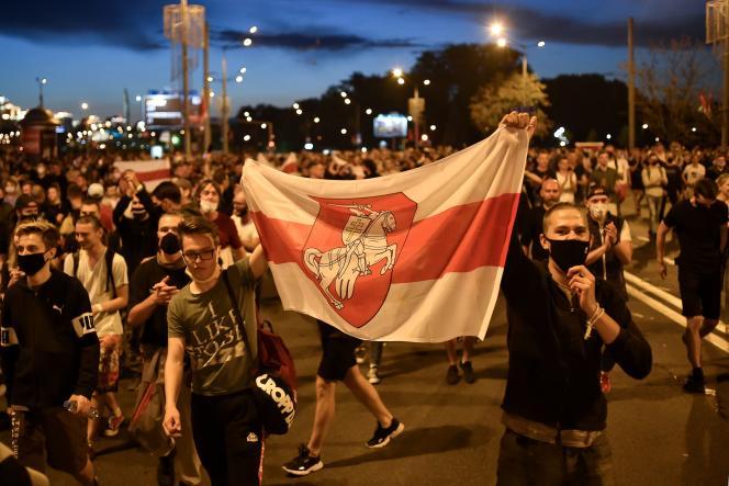 Des supporteurs de l'opposition biélorusse manifestent après la fermeture des votes, le 9 août, à Minsk.