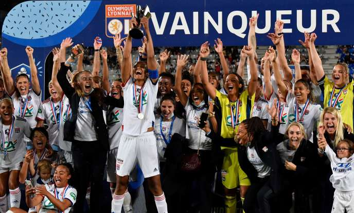 Avec cette neuvième Coupe de France, Wendie Renard soulève le 30e trophée de l'histoire de l'OL féminin, à Auxerre, dimanche 9 août.
