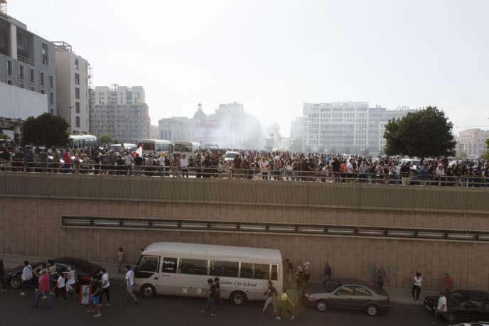 De la fumée est causée par des cartouches de gaz lacrymogènes, alors que les manifestants arrivent au centre-ville de Beyrouth, au Liban, le 8 août, pour prendre part à la première manifestation suite à l'explosion au port de la capitale libanaise.