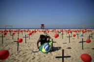 Un hommage aux victimes du Covid-19, sur la plage de Copacabana, le 8 août à Rio de Janeiro.